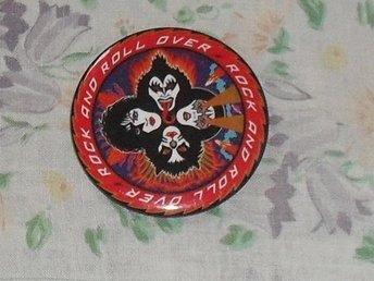 KISS - Rock & Roll Over - STOR Button Badge / Pin / Knapp 1976