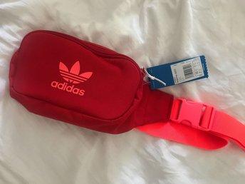 för mycket lägga märke till Aska adidas midjeväska röd
