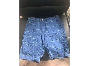 Javascript är inaktiverat. - Gävle - Blå shorts med hajar på Vinner du fler auktioner av mej så samfraktar jag givetvis.Köparen betalar fraktkostnaden Lycka till med din auktion - Gävle