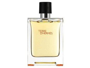 Javascript är inaktiverat. - Nossebro - Hermes Terre D'Hermés är en parfym byggd runt träiga noter. Rötter håller doften fast, medan kåda omfamnar den. Livfullhet och inslag av citrus förstärks av tonerna från shiso. Resultatet blir en doft som betonar det trägia och minera - Nossebro