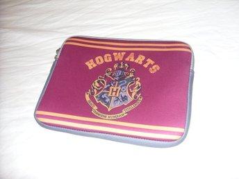 Javascript är inaktiverat. - överkalix - HARRY POTTER & HOGWARTS SLEEVE FÖR IPAD & DATOR Väska för iPad & tablets och mindre netbooks original Harry Potter Hogwarts utgåva.Storlek: (cirka) 25 cm längd / 20 cm breddVäskan är i mycket fint skick.Ipad, tablet and netbook storage - överkalix