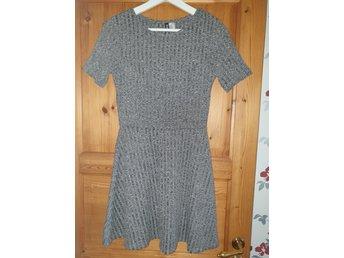 Gråmelerad klänning i stl 34 (415311006) ᐈ Köp på Tradera