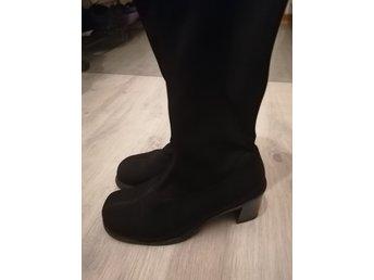 Svarta elastiska långa stövlar, under knäna. Storlek 36.