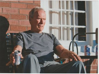 CLINT EASTWOOD ON THE PORCH IN GRAN TORINO ENJOYING PABST BLUE RIBBON BEER