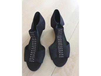Svarta nya sommar skor H&M med silver detaljer stl 37