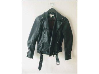 Säljer ljusgrå fin skinnjacka i läderimitation (354149923