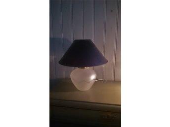 Snygg bordslampa med fot i glas