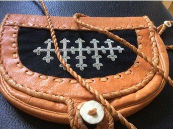 Vacker väska i renskinn med tennbroderi, samiskt hantverk, axelremsväska