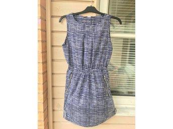 blå vit klänning