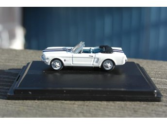 1965 Ford Mustang Convertible Wimbedon White, Guardsman Blue 1/87
