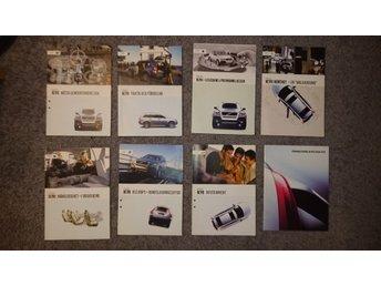 Javascript är inaktiverat. - Mantorp - Passa på! Härmed säljes åtta stycken broschyrer/häften sam en DVD-film från när den första modellen av XC90 introducerades 2003. Några av dem är hålslagna samt ytterst lite gulnade, se bilder, men alla har alla sidor och är i gott sk - Mantorp