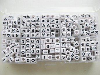 Box med fyrkantiga bokstavspärlor A/E/I/O/R/T mix - Ellös - Box med fyrkantiga bokstavspärlor A/E/I/O/R/T mix - Ellös