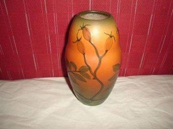Javascript är inaktiverat. - älta - Mycket vacker och fin vas från Ipsen i Danmark.Vasen är så fin som ser ut som porslin.Otrolig vacker färg och växter omkring vasen.Första sortering och inga fel.Stämpel på under sidan.Höjd 16cm.Nyskick. - älta