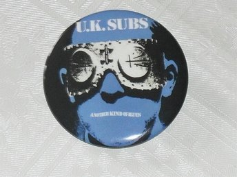 UK SUBS - STOR Badge / Pin / Knapp (PUNK, KBD, 77)