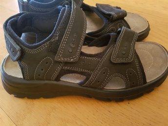 Javascript är inaktiverat. - Stockaryd - Helt nya sandaler i storlek 38 Nypris 449 kr Samfraktar för billigare frakt - Stockaryd