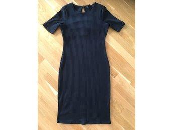 Chic snygg halterneck cerise snedrandig klänning från Zoul