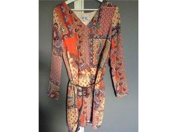 Fin klänning Dry Lake, orange flerfärgad paisley, sidenaktigt tyg Stl S - Hässelby - Fin klänning Dry Lake, orange flerfärgad paisley, sidenaktigt tyg Stl S - Hässelby