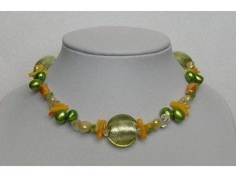 Javascript är inaktiverat. - Sollentuna - Väldigt fräscht halsband med gröna & gyllengula ODLADE PÄRLOR samt CITRIN-, PERIDOTstenar och g guldfolierade glaspeng. Längd på halsbandet ca 43-43,5cm. Försett med säker lås. Helt nytt halsband. Ingen slitage Betalning via insättn - Sollentuna