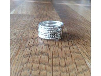 Bred originell silver ring / Sju sammanlänkade facetterade ringar / Strl:18,5mm - Lindesberg - Bred originell silver ring / Sju sammanlänkade facetterade ringar / Strl:18,5mm - Lindesberg