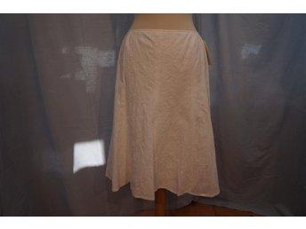 Vit kjol i broderat mönster, dold dragkedja, underkjol, H. Moser Salzburg. St 42 - Norrtälje - Vit kjol i broderat mönster, dold dragkedja, underkjol, H. Moser Salzburg. St 42 - Norrtälje