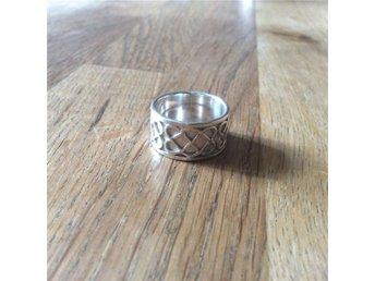Bred välgjord ring / Matt frostad silver m blankt mönster / Strl:18mm Bredd:11mm - Lindesberg - Bred välgjord ring / Matt frostad silver m blankt mönster / Strl:18mm Bredd:11mm - Lindesberg
