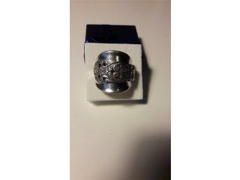 En kaffesked i nysilver blev en ring - Gävle - En fin kaffesked i nysilver blev en ring Ringens innermått är ca 20.5 mm Köparen betalar porto. Betalning inom 3 dagar efter köpet Ringen postas efter betalning ( Gul ) - Gävle