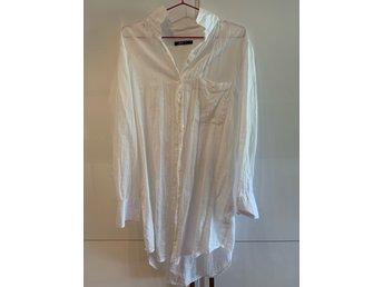 lång vit skjorta