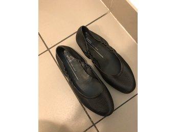 Javascript är inaktiverat. - Gbg - Skönaste skor från EccoProvade på inomhus en gång...ballerina modell Stl 39Nypris 1200kr - Gbg