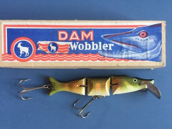 Äldre delad DAM wobbler. Old jointed DAM wobbler i originalbox