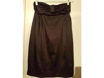 Söt svart klänning i silke i stl. 40 - Hässelby - Söt svart klänning i silke i stl. 40 - Hässelby