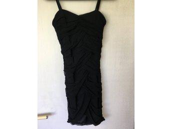 Javascript är inaktiverat. - Sundbyberg - Jättefin svart kort klänning, storlek 36, svår att fota men den är väldigt snygg och sitter superfint! - Sundbyberg