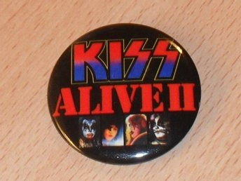 KISS - ALIVE II - STOR Button Badge / Pin / Knapp / (1977, Ace, Criss, USA,)