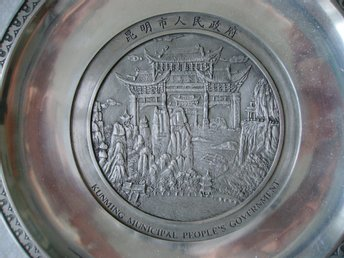 "Metallfat, ""Kunming Municipal People´s Government"", D 22 cm, vikt 494 gram."