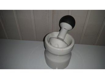 Javascript är inaktiverat. - Ucklum - porslin med stötdelen i marmor stöten hårdgummiklädd ena sidan 14cm i längd stk 10cm hög 9½cm i diameter upptill - Ucklum
