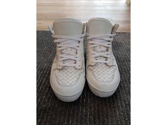 Bottega veneta skor - Göteborg - Vita sneakers från Bottega veneta i storlek 43,5 i skinn, passar som en 44. Välanvända men fortsatt i fint skick, se bilderna för närmre info.Kvitto finns. - Göteborg