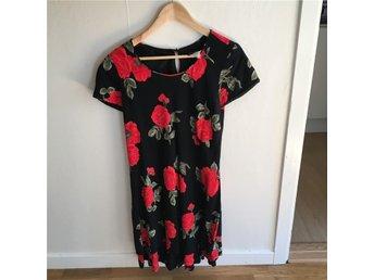 Svart kort klänning med stora röda rosor - Stockholm - Svart kort klänning med stora röda rosor - Stockholm