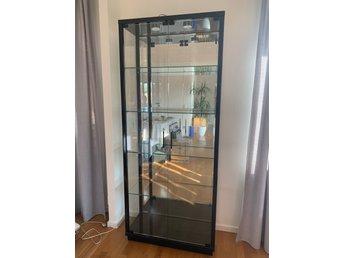 Underbar Vitrinskåp i glas med svart ram o belysning (364649840) ᐈ Köp på SI-04