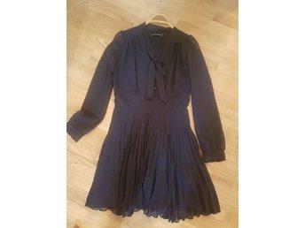 Lyxig klänning med bronsskimmer från märket R.. (343877305