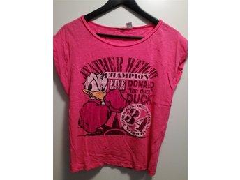 Javascript är inaktiverat. - Luleå - Cerise rosa t-shirt med Kalle Anka tryck. Storlek 36. Använd två gånger och sedan tvättad. Katt finns i hemmet! - Luleå
