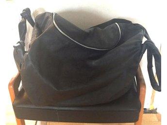 Stor svart väska bag i skinn läder design Caia of Sweden - Malmö - Stor svart väska bag i skinn läder design Caia of Sweden - Malmö
