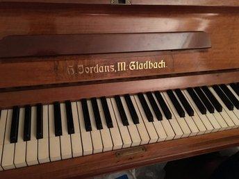 Piano - Skärholmen - Piano från dödsbo. Vet inget om den. Men låter i allafall när man spelar. Pall följer med. Måste hämtas omgående. Pga renovering Alla mina auktioner kommer från rök o djurfri miljö Betalning till swedbank inom 3dagar Bjud endast o - Skärholmen
