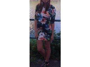blommig tight klänning