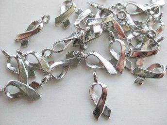 20 st silverfärgade berlocker rosa bandet - Ellös - 20 st silverfärgade berlocker rosa bandet - Ellös