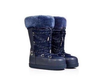 Uggs Moon Boots *NYA* Vinterskor - Stockholm - Mina blåa Moon boots från populära Uggs.Skorna har en tjock sula i gummi, läder runt foten, dun i skoskaften, och päls innan i skön och uppe på mudden. Du kan dra ihop skon med en dragsko så att den sitter ordentligt. Enbart använda i - Stockholm