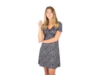 Blommig klänning med svart botten Stl XS Capri .. (419289198