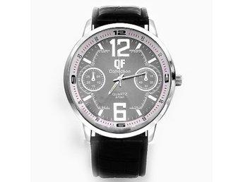 Javascript är inaktiverat. - Domsjö - Snyggt och stilfullt analogt armbandsur i stål och svart läder. Batteridrivet. Material: rostfritt stål, läder Bandlängd: 235 mm Diameter: 48 mm OBS! Batteri ingår ej. ----------------------------------------------------------------------- - Domsjö