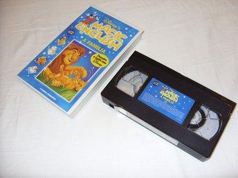 """Javascript är inaktiverat. - överkalix - DISNEY MAGIC ENGLISH VOLUME 2 """"A FAMILIA"""" - VHS PAL (Engelskt tal)Vi skickar alltid med samfrakt & We always arranges combined shippingLär dig Engelska med kända Disney karaktärer här i en unik Portugal Utgåva på VHS Video med Engelskt  - överkalix"""