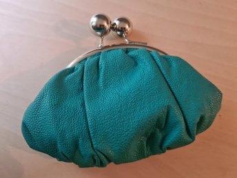 Liten grön portmonnä väska i skinnimitation med silvrigt spänne
