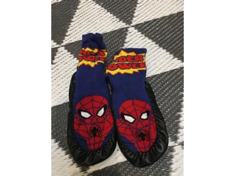 MOCKASINER PLASTISOCK SPIDERMAN STRL 24/25 ~ KORT AUKTION ~