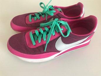 Javascript är inaktiverat. - Malmö - Varsamt använda Nikeskor i rosa/grönt storlek 38.5. Har trivts bra i dessa skor, men säljer på grund av rensning. Betalning för vara frakt sker inom 4 dagar efter avslutad auktion, via valt betalsätt. Efter betalning skickar jag varan så s - Malmö